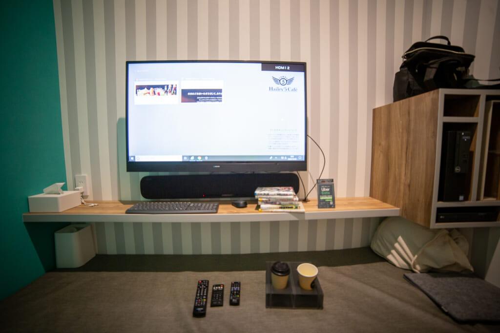 interior de una habitación de un manga cafe con el ordenador encendido