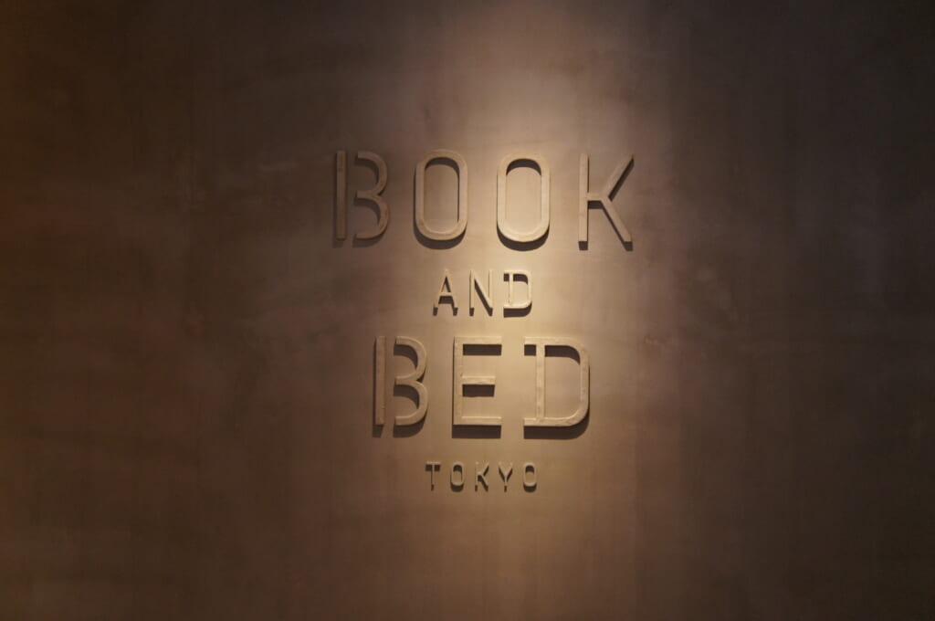 letrero de book and bed