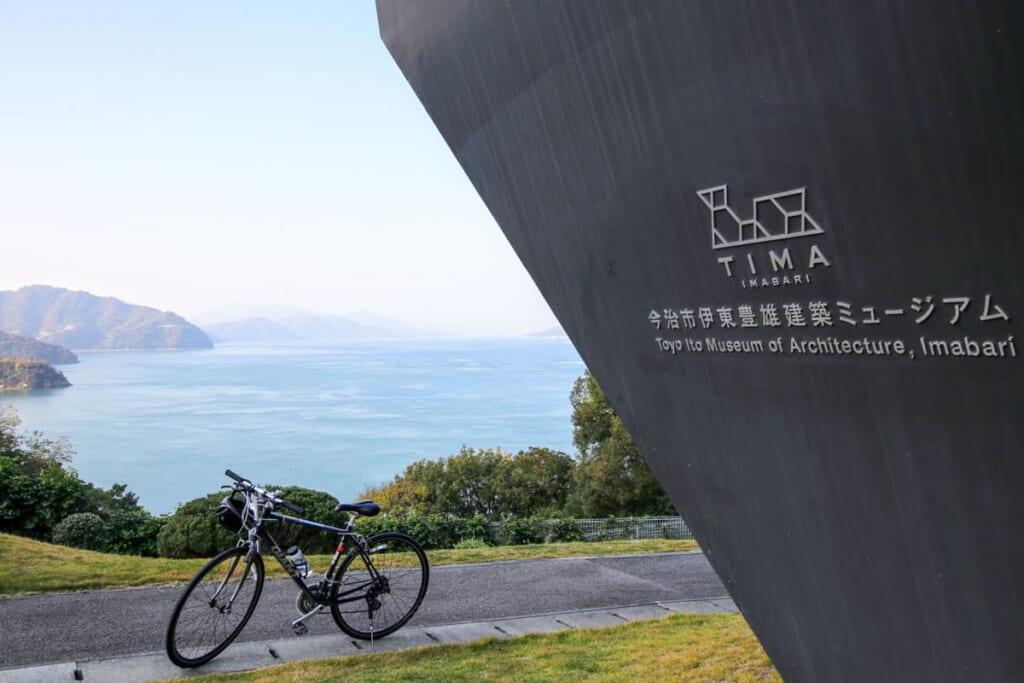 El exterior del museo con mi bicicleta