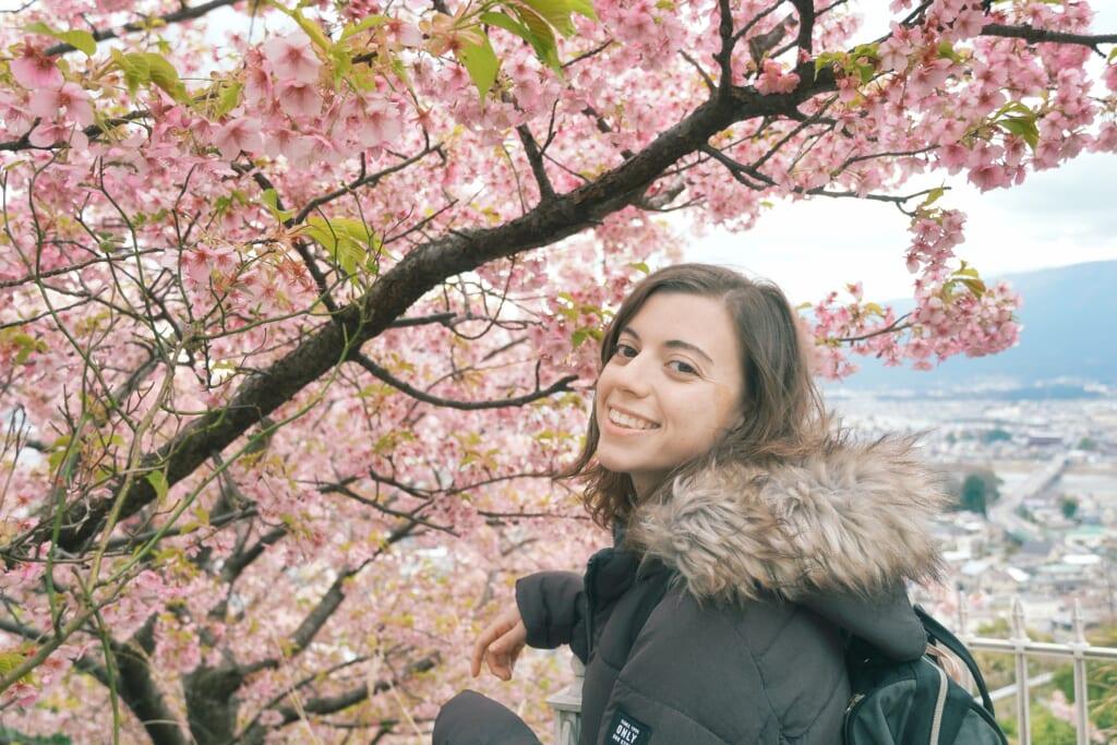 Maria contenta con las flores del cerezo de Matsuda