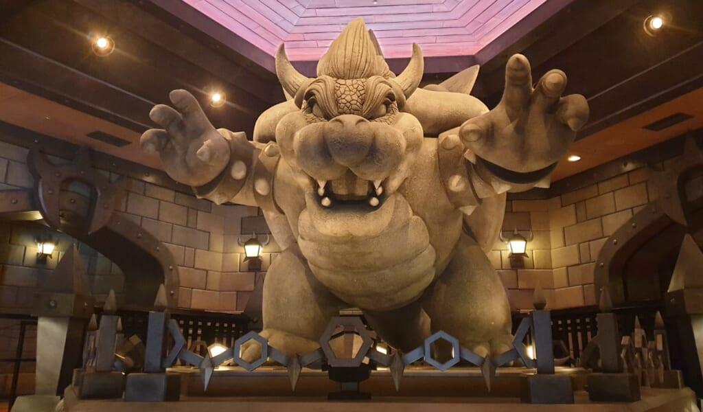 La estátua de Bowser en Universal Studios Japan