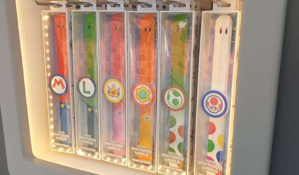 Puedes elegir una pulsera tematizada en Super Nintendo World