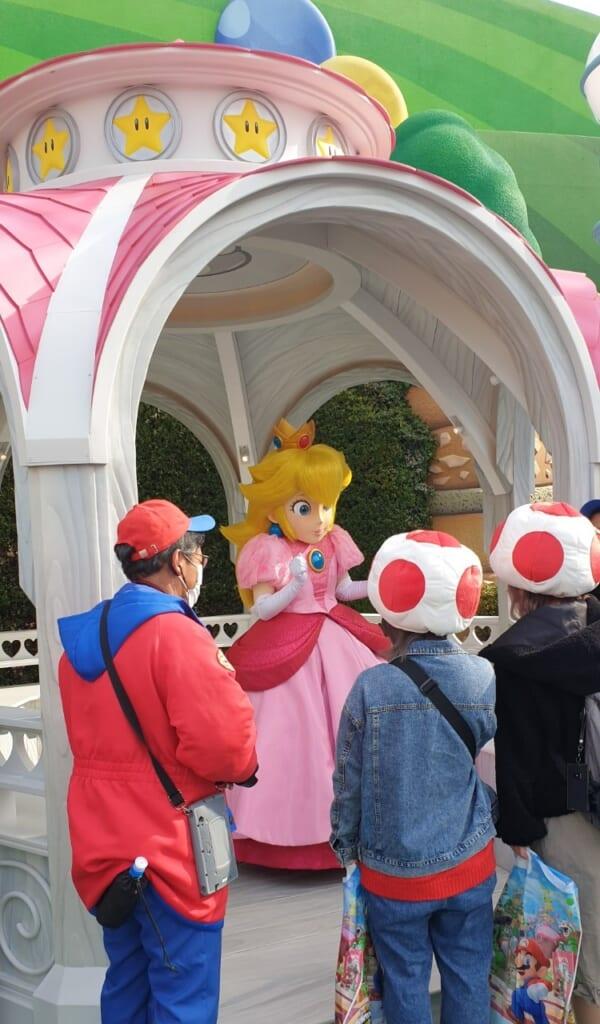 La princesa Peach rodeada de personas