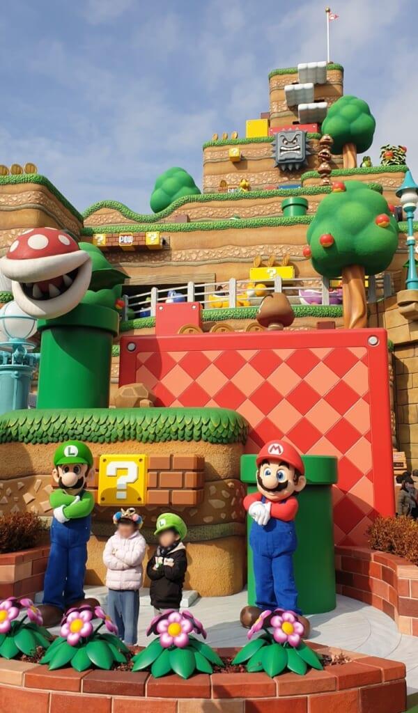 Mario y Yoshi posando con unos niños