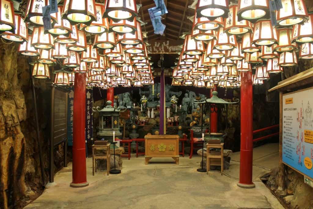templo budista dentro de la cueva Sandanbeki