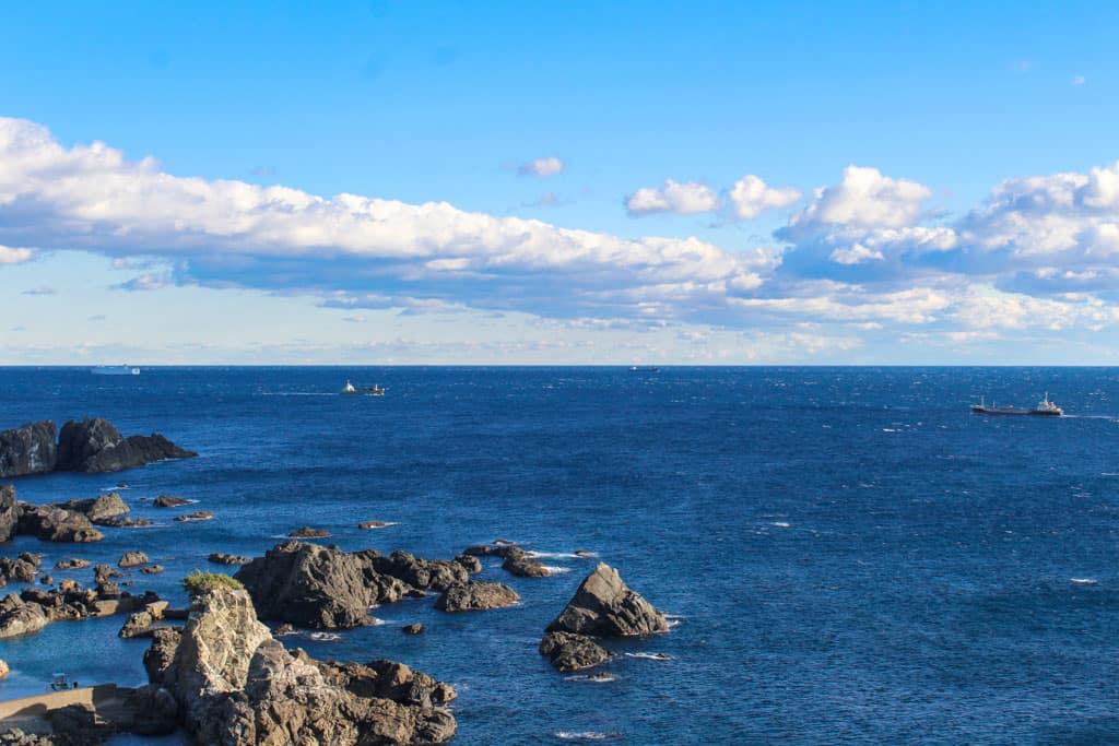 Un precioso mar con rocas en Wakayama, Japón