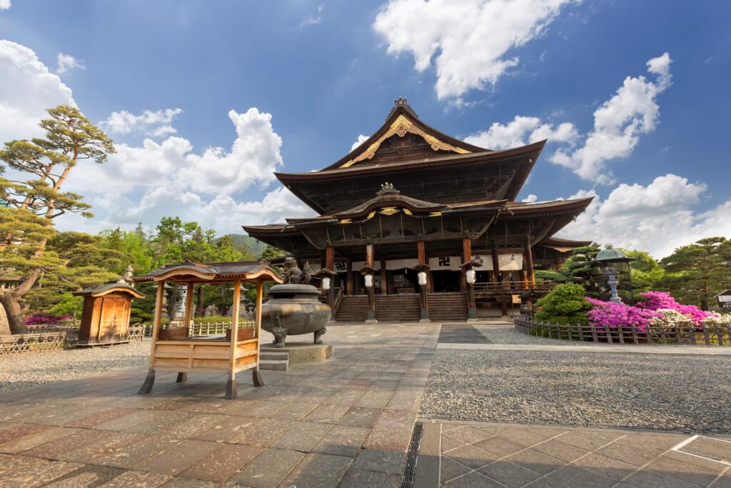 El templo Zenkoji en la ruta del Hokuriku Arch Pass