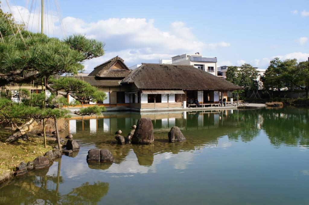 Reflejo de la villa en el estanque de los jardines Yokokan