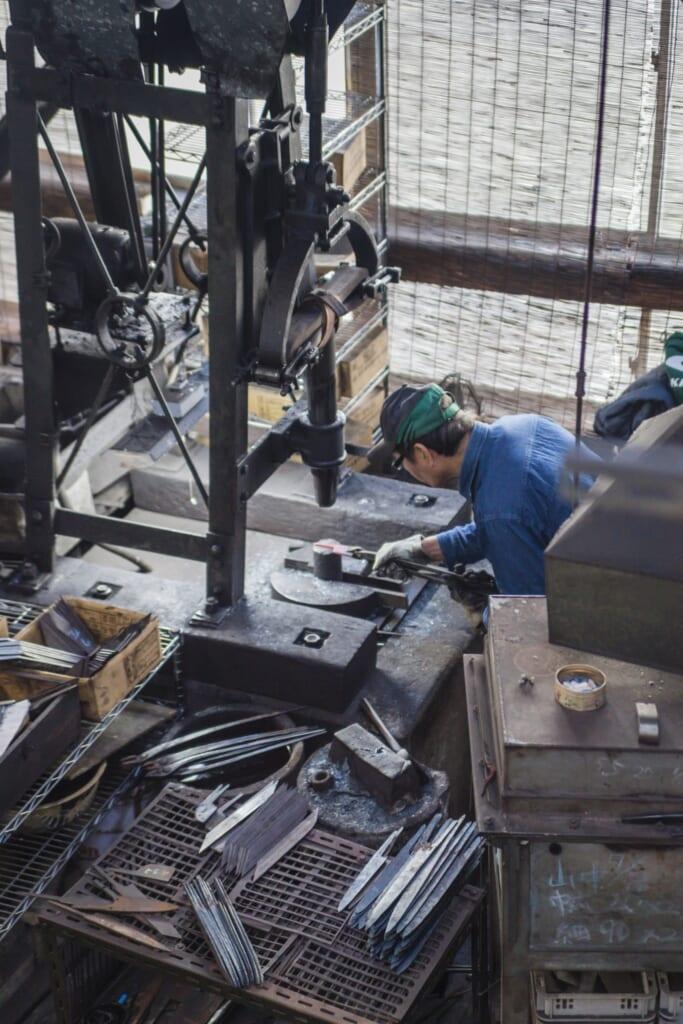 Artesanos de cuchillos japoneses trabajando