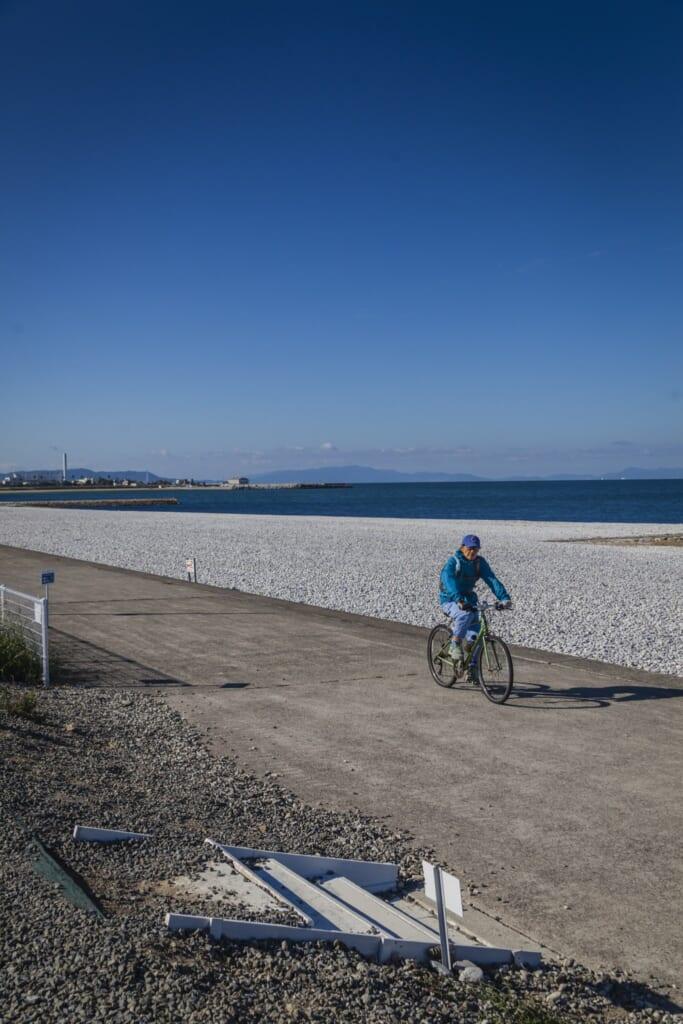 Paseando con bicicleta a lo largo de la bahía de Osaka