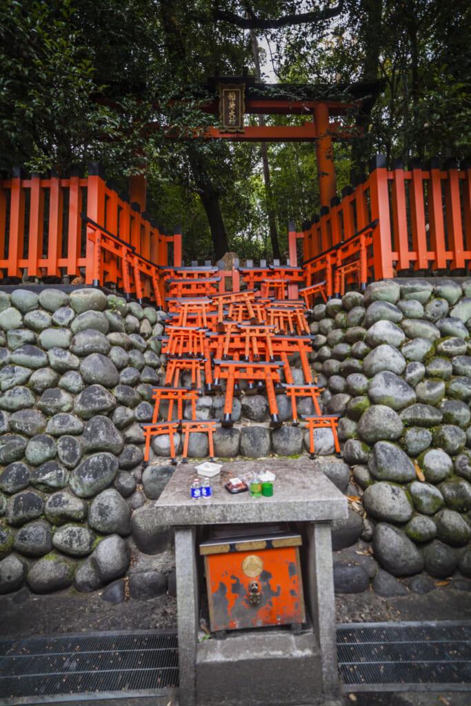 Pequeñas ofrendas en forma de puertas torii