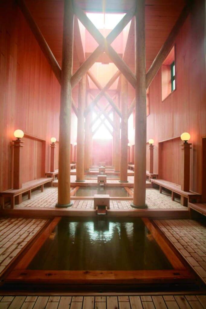 El interior de un onsen en Kusatsu, Gunma, Japón