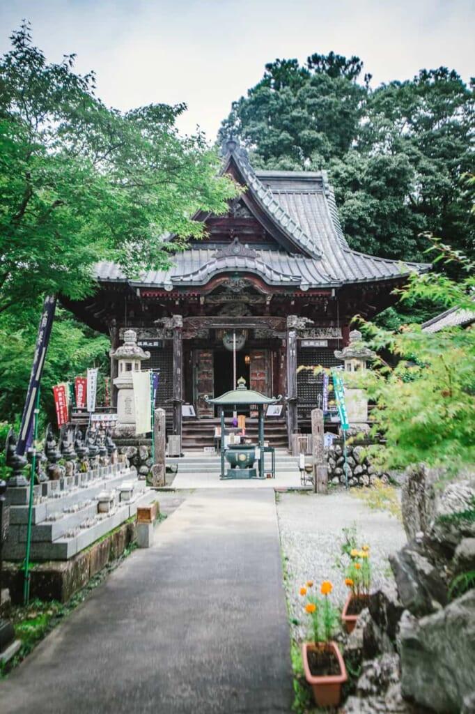 templo en verano en Chichibu, Saitama. Se puede visitar con el Hokuriku Arch Pass