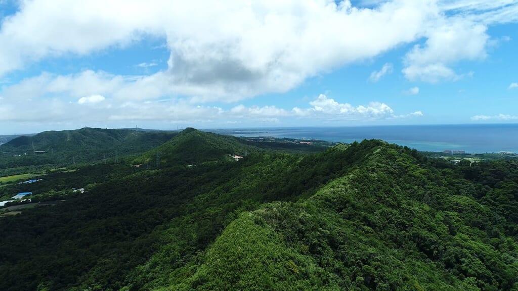 Montañas verdes en las islas de Okinawa