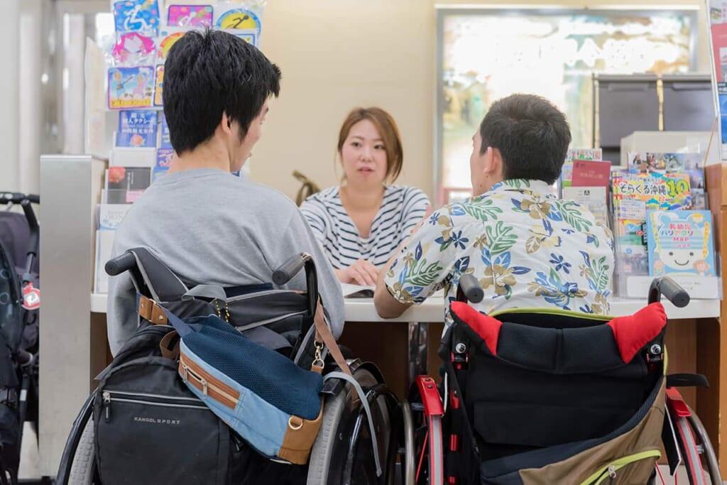 Jóvenes con movilidad reducida en Okinawa