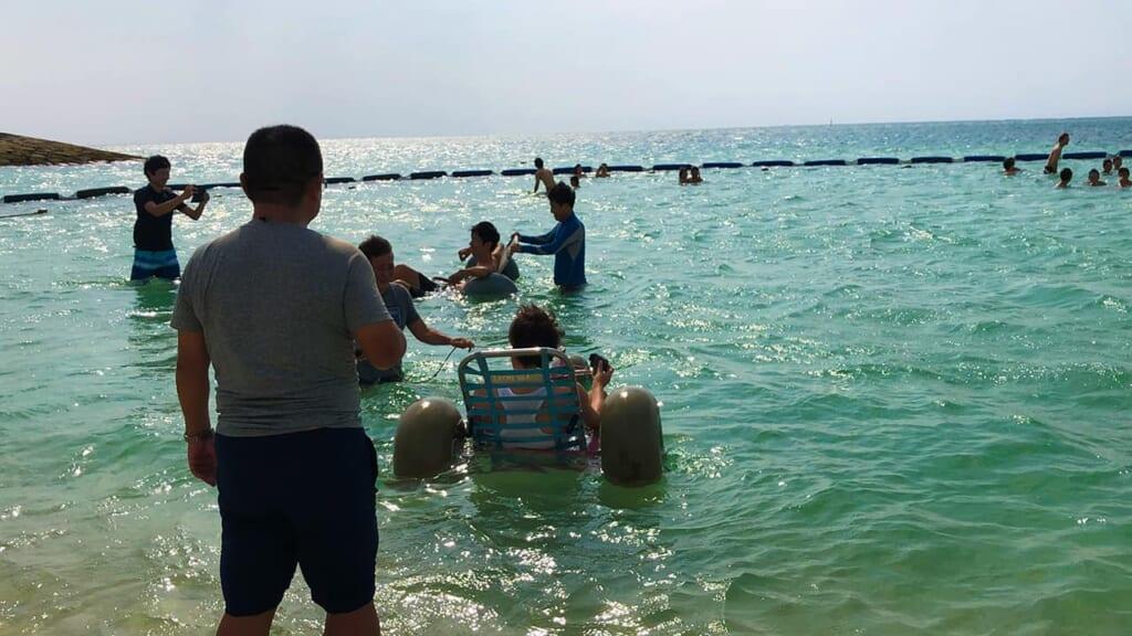 disfrutando del mar con una silla anfibia en  Okinawa