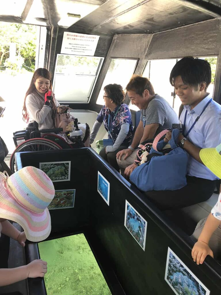Personas con distintas discapacidades viendo el fondo marino en Okinawa