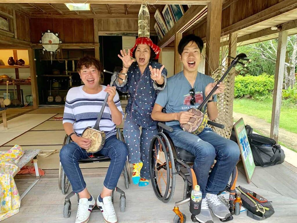 Aprendiendo a tocar instrumentos locales en Okinawa