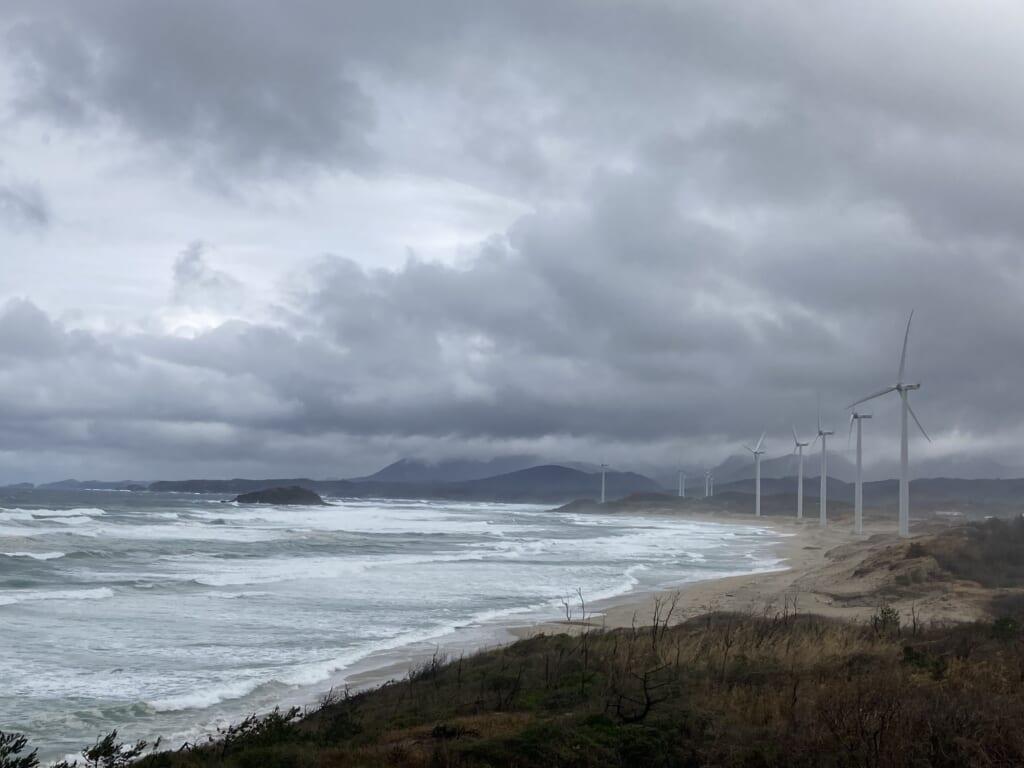 El mar y los molinos de viento en Shimane