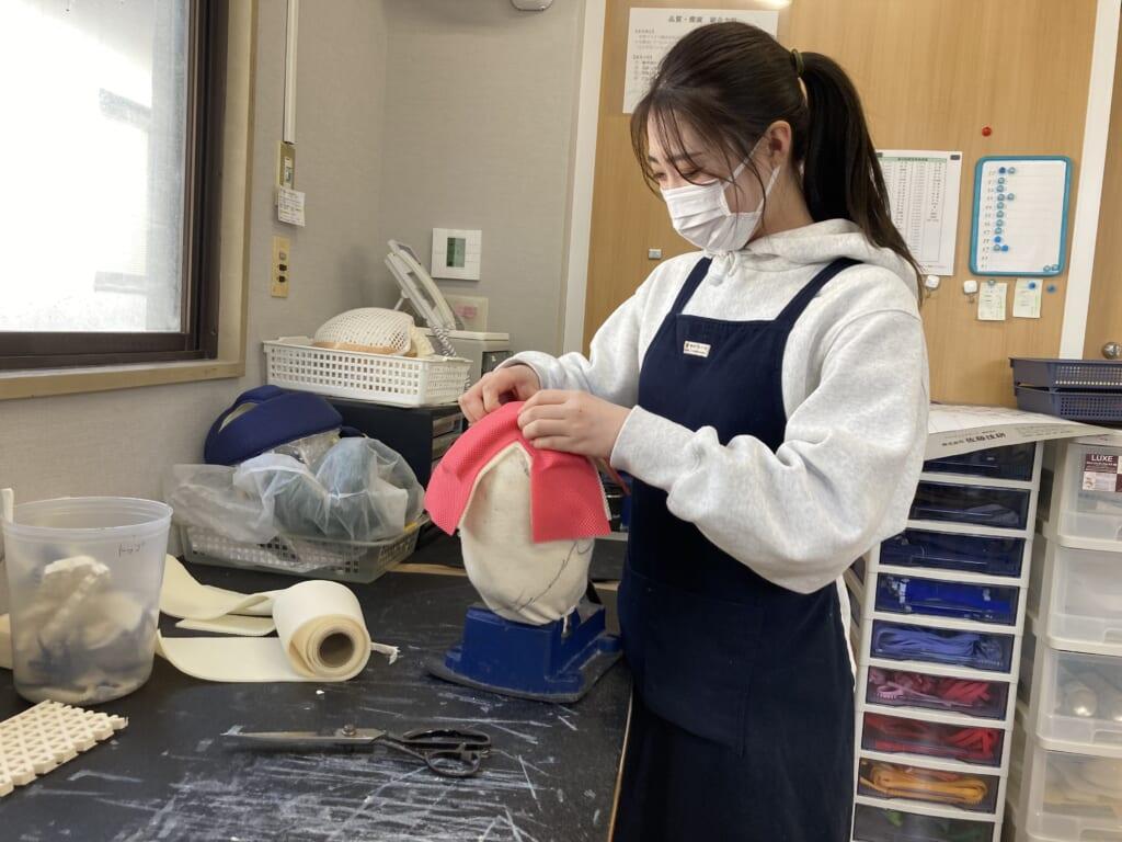 Una chica trabajando con un un producto