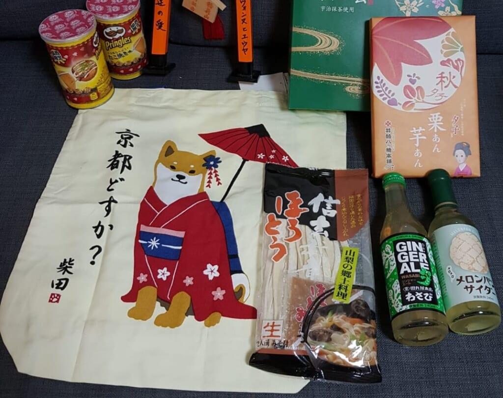 Los perros japoneses, por ejemplo el Akita y el Shiba, son motivos populares para los recuerdos.
