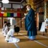 Monje budista con el palo animador durante la práctica de zen