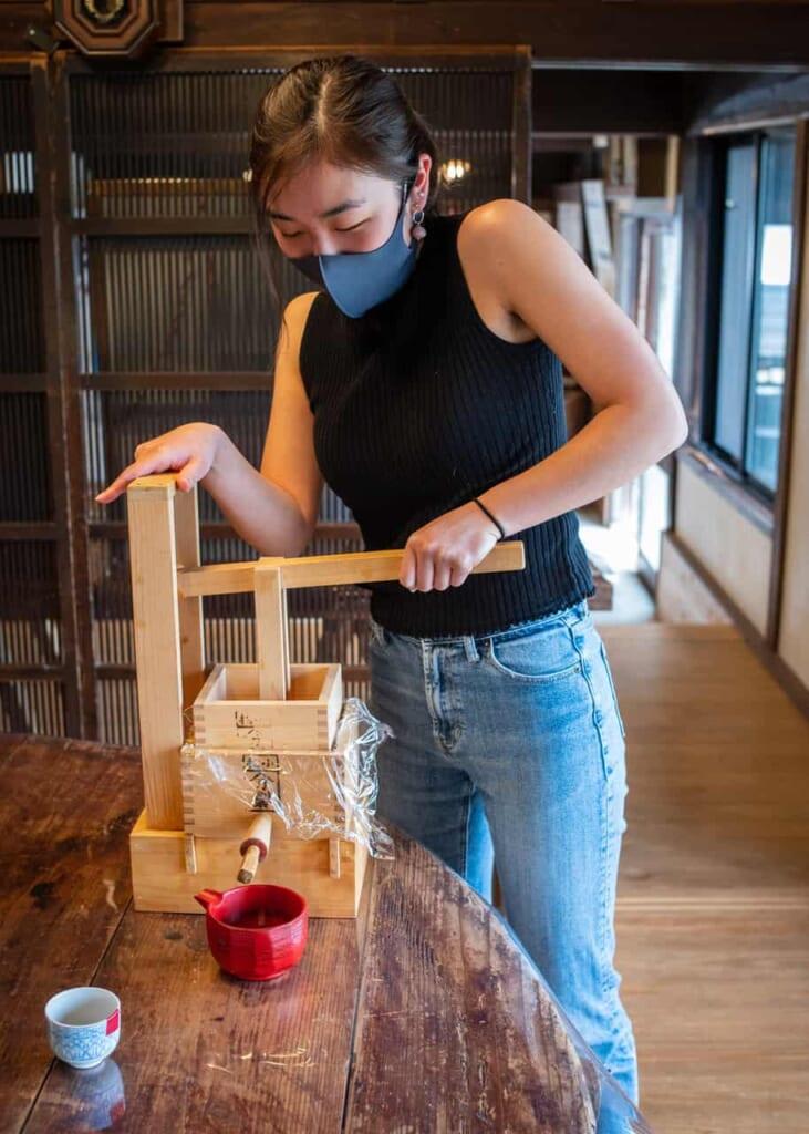 El utensilio para exprimir la salsa de soja