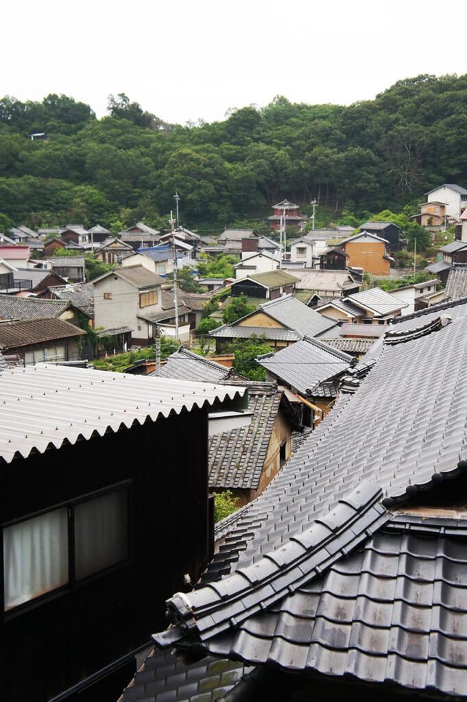 Vista de los tejados de un pueblo pesquero japonés en la isla de Manabeshima
