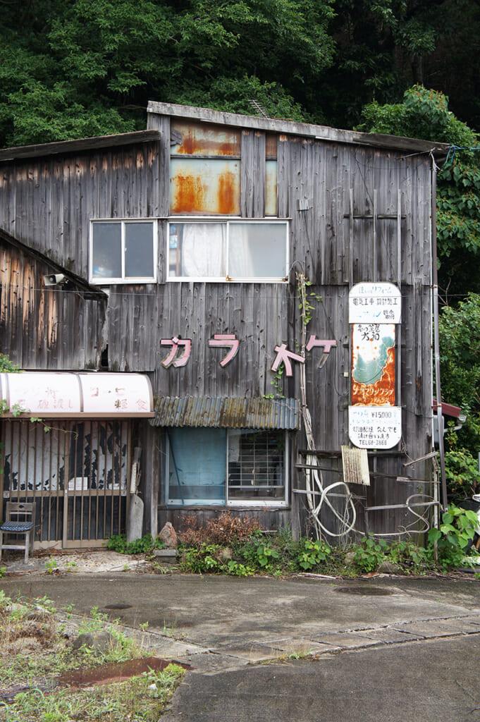 Casa japonesa en ruinas en la isla de Manabeshima