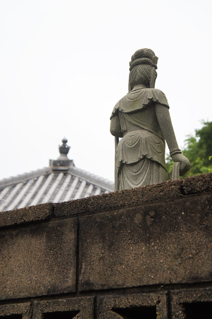 Estatua de Kannon de espaldas, en un templo japonés en Manabeshima