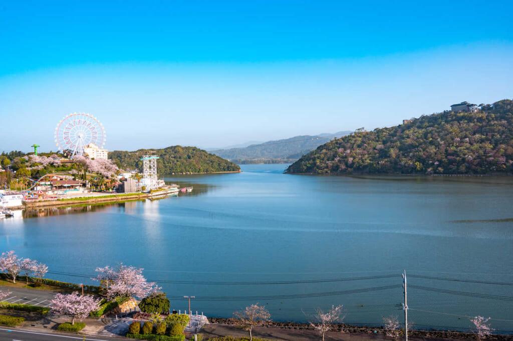 La vista del hermoso lago Hamana desde nuestra habitación en Hoshino Resorts KAI Enshu en Hamamatsu