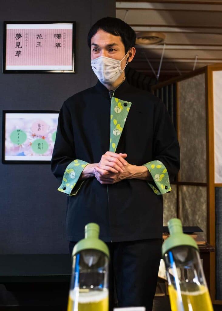 El uniforme de los empleados tiene tonalidades verdes