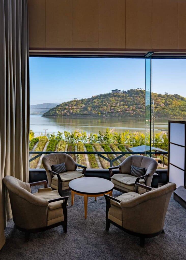 Las vistas del lago y de la plantación de té desde la habitación en Hamamatsu