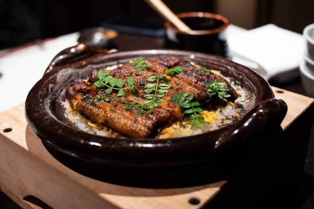 Unagi encima de una cama de arroz, plato típico en Hamamatsu
