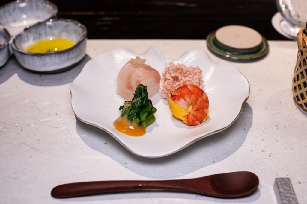 Delicatesen durante la cena en el resort KAI Enshu