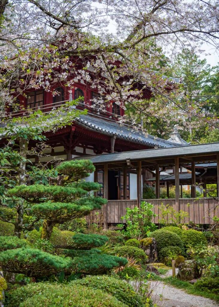 El exterior del templo Ryotan-ji está rodeado de naturaleza