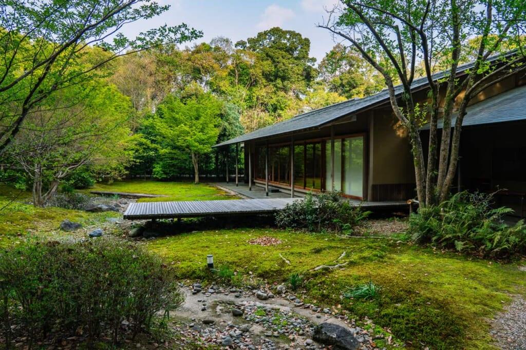 El relajado patio de la casa de té en Hamamatsu