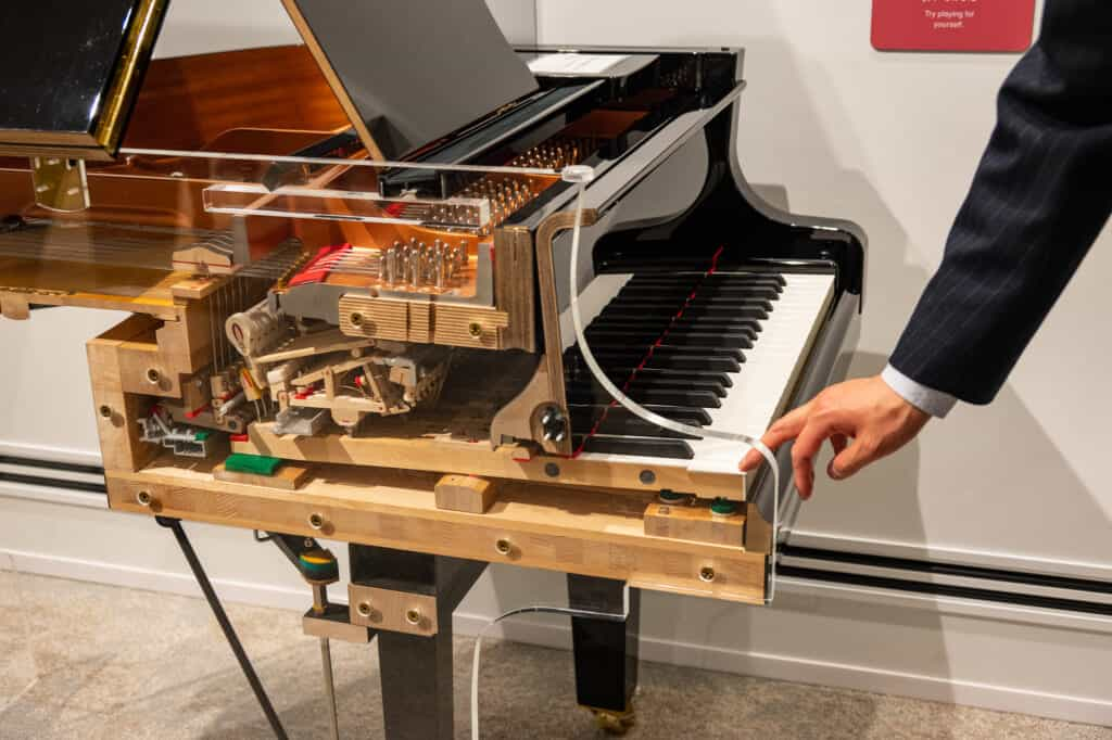 Puedes ver la mecánica de un piano en Yamaha Innovation Road, Hamamatsu