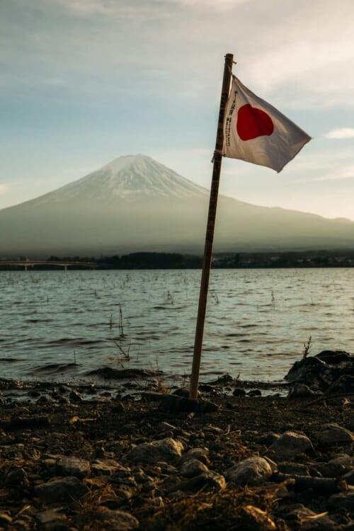 Una bandera japonesa ondeando frente al monte Fuji
