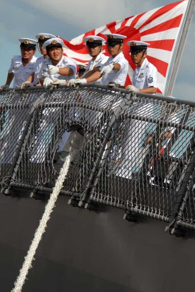Tripulación y bandera de la Fuerza de Autodefensa Marítima de Japón