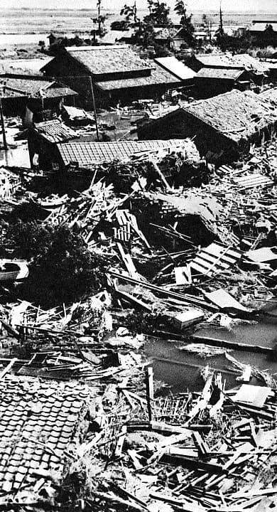 Daños en las casas por el tifón Vera en 1959.