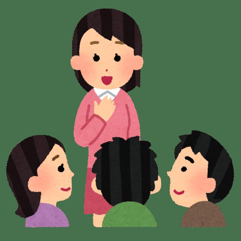Una chica presentándose en japonés con un grupo de chicos