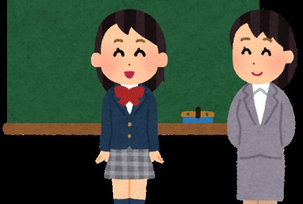 Una niña presentándose delante de su clase