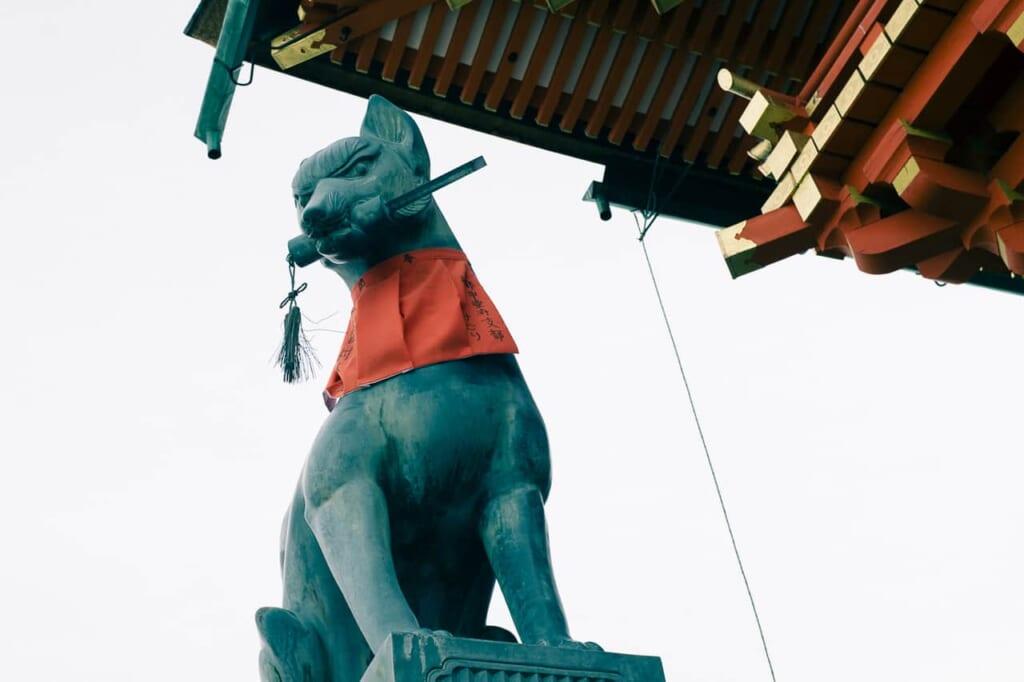 La figura del zorro en el Fushimi Inari Taisha de Kioto