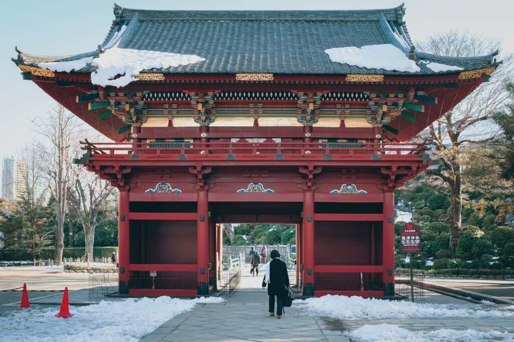 Templos y santuarios:  la entrada de un templo en Tokio