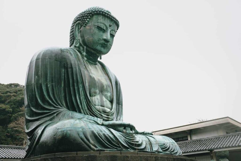 El gran Buda de Kamakura en un templo japonés