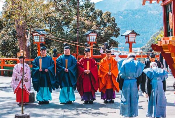 religion en Japón: sacerdotes sintoístas haciendo un ritual en un santuario
