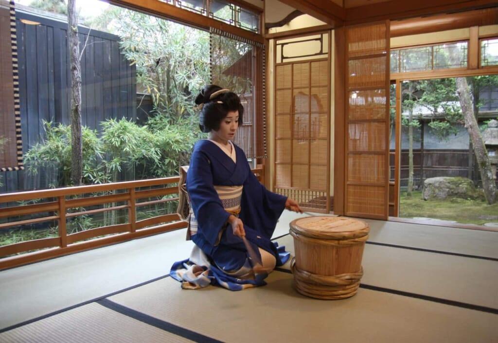 Una geisha haciendo sus actuaciones