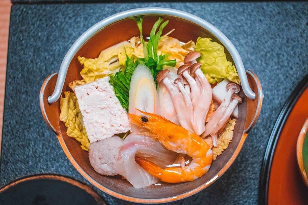 Un plato de pescado y vegetales