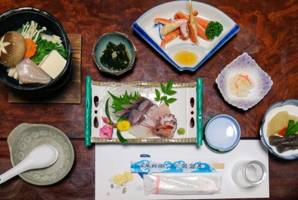Un set de comida kaiseki de un ryokan japonés